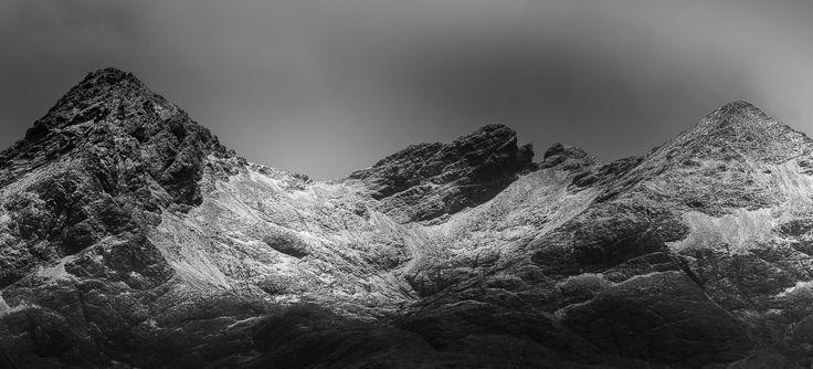 Fotografi af de sorte bjerge kaldet Black Cuillins i det skotske højland. Bjergen ligger på Isle of Skye og vi er på besøg en kold vinter...