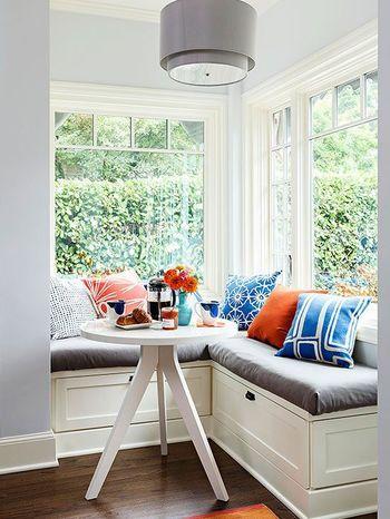 リビングのわきのスペースをサンルーム風にもできるんです。 すこし高いソファが座り心地よさそう!