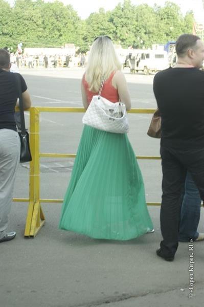 С чем сочетается длинная юбка плиссе кораллового цвета