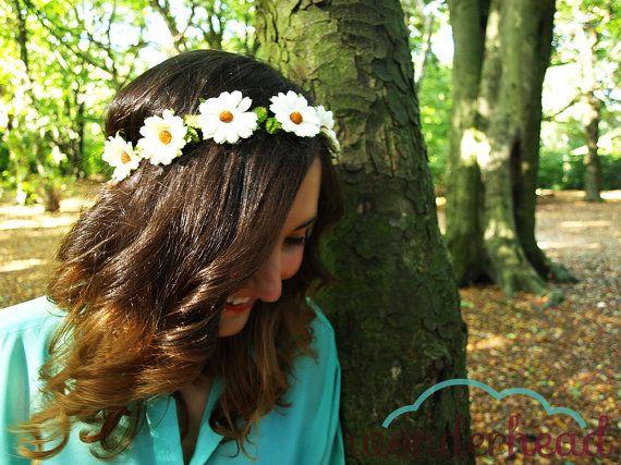 Corona de margaritas Sweet daisies por Wonderhead en Etsy, €37.70