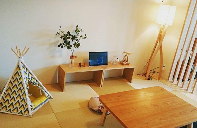 リビング横の6畳の和室。 もう少し高級感出したいので、モノクロの写真パネル飾ったり、黒い鉢のグリーンを置いたらどうかなあと考え中です。いいアドバイスあればお願いしますm(_ _)m。  #和室インテリア #マンションインテリア #コの字家具 #イデー #無印良品 #アクタス #犬用テント