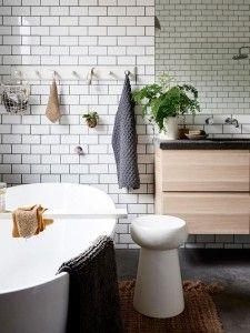 bano-con-banera-exenta-y-azulejos-metro-blancos