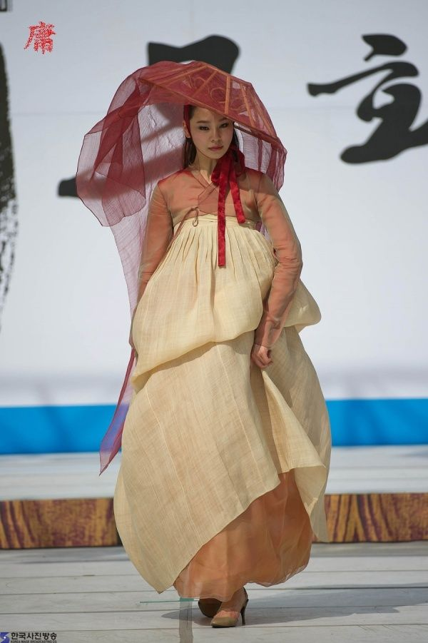 제22회 한산모시문화제 에서 만나는 이영희 디자이너 2011년 6월4일~6월6일 3일에 걸쳐 충청남도 서천군 한산면에서 개최된 '2011 한산모시축제' 그 프로그램 중 하나로 대한민국 한복패션의 대가 이영희