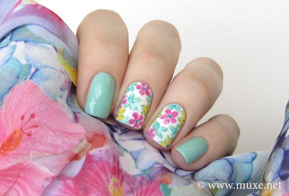 uñas verde menta flores rosa y verde