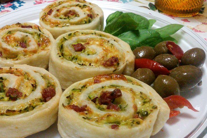 Le girelle salate con zucchine e salame sono un antipasto molto sfizioso e particolare, ideale per stupire i propri ospiti. Ecco la ricetta