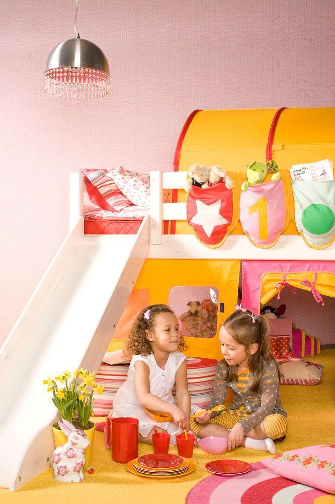 Kinderen spelen graag in hun kamer. Gezellig met vriendinnen een theekransje houden. Ook al valt er wel eens een kopje thee of limonade om. Geen nood! Tapijt is tegenwoordig zeer makkelijk schoon te maken met lauwwarm water. Merk: Edel group Kleur: Kids, kleur 98
