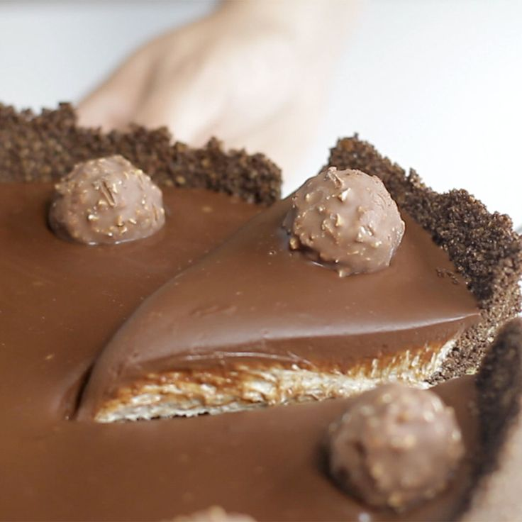 Ferrero Rocher Cheesecake recipe. Ingredients: 8 ½ oz of crushed corn flakes, 2 ½ oz  unsalted butter, melted, 4 tbsps cocoa powder, 7 oz hazelnut, 1.1 lbs cream cheese, 1 ½ cup + 4 tbsps cream (25% fat content), 3 oz sugar, ½ teaspoon vanilla extract, 170g dark chocolate, 8 Ferrero Rocher chocolates