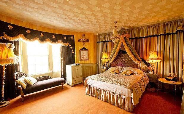 Hotel Pelirocco Brighton (Brighton, Inglaterra)  Bienvenido al hotel más rocanrolero de Inglaterra. Habitaciones con temática funky inspiradas en la cultura pop, sirenas sensuales y músicos independientes.    El Hotel Pelirocco se sitúa en Regency Square, en paseo marítimo de Brighton. Un hotel cuyas habitaciones son todas temáticas y diferentes.