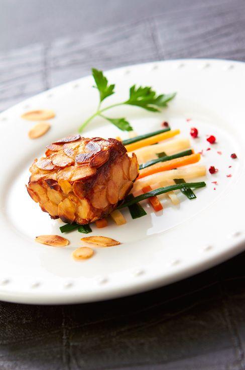 Laissez-vous séduire par ce délicieux #foiegras poêlé croustillant, #amandes fraîches et sa danse de #légumes. #Recette et conseils de nos #chefs sur www.feyel.com