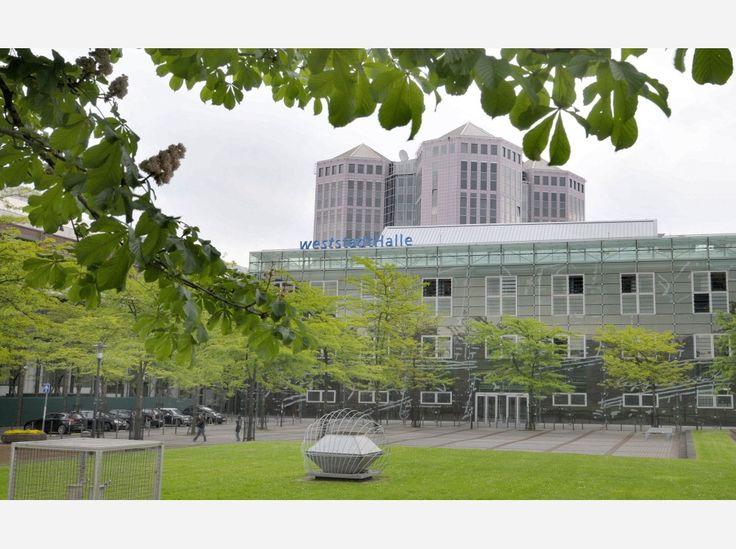 Die Weststadthalle, im Hintergrund die Spitzen der Weststadttürme.
