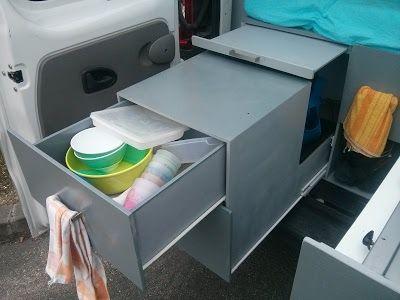 Trafic aménagé avec des rangements et des surfaces de travail pour cuisiner facilement.