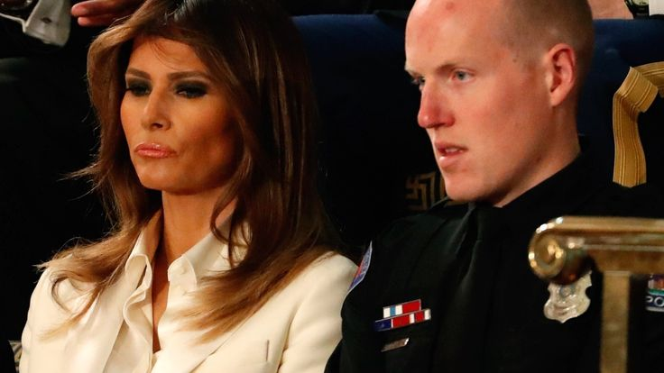 Der amerikanische Präsident Donald Trump hielt eine Rede zur Lage der Nation. Doch seine Frau verfolgte die Rede im Capitol mit versteinertem Blick.