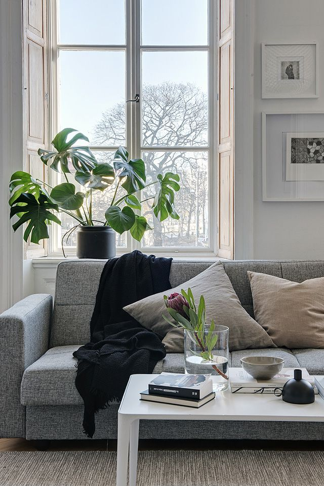 Located in old Gothenburg, this stunning apartment features beautiful big windows overlooking the area's Canal and Garden Society. The spaci...