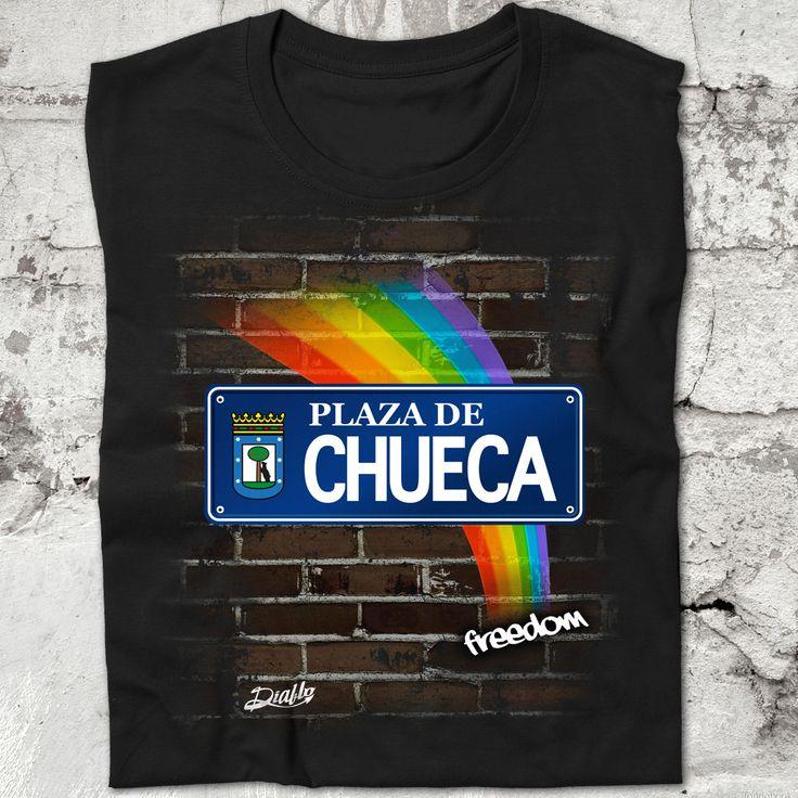 Camiseta negra de manga corta con diseño de una placa de la plaza de Chueca y un arco iris de fondo. Conmemorativa de la Fiesta del Orgullo Gay de Madrid celebrada en en dicha plaza. www.diablocamisetas.com