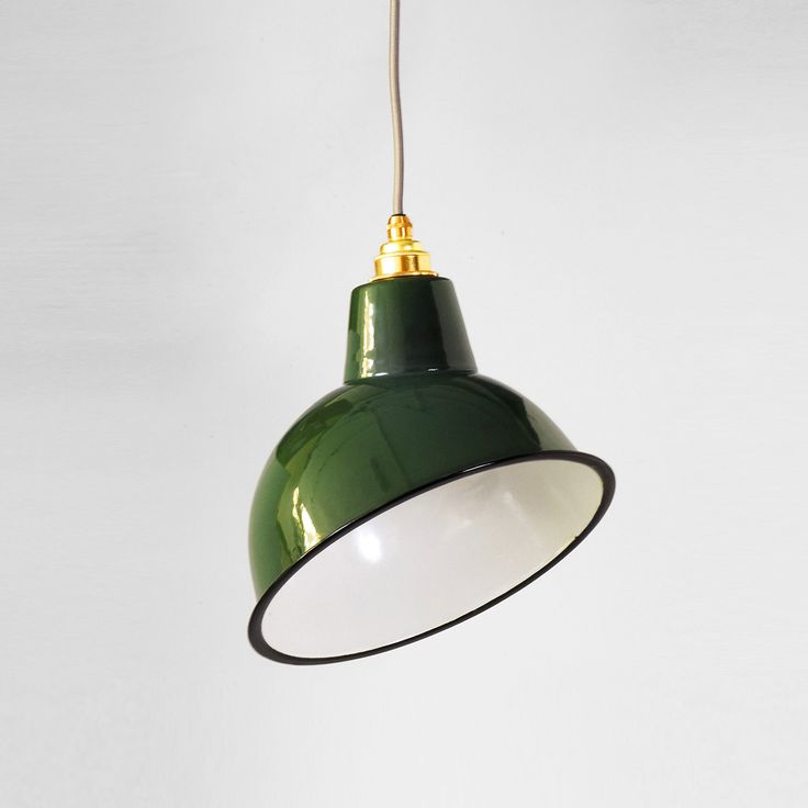 Articolo: LSAC250180GRNSET2Questo lampadario ha uno stile industriale vintage. Si compone di un paralume in smalto vetroso porcellanato verde, un portalampada in ottone massiccio con finitura cromata, un rosone in acciaio massiccio e 2 metri di cavo tripolare rotondo in tessuto grigio. Informazioni tecniche: Max 60W, 220-240V, Edison E27, certificato CE. Il prodotto e' per uso interno. Lampadina non inclusa. Tutti i prodotti sono imballati singolarmente nelle originali confezioni Nostalgia…