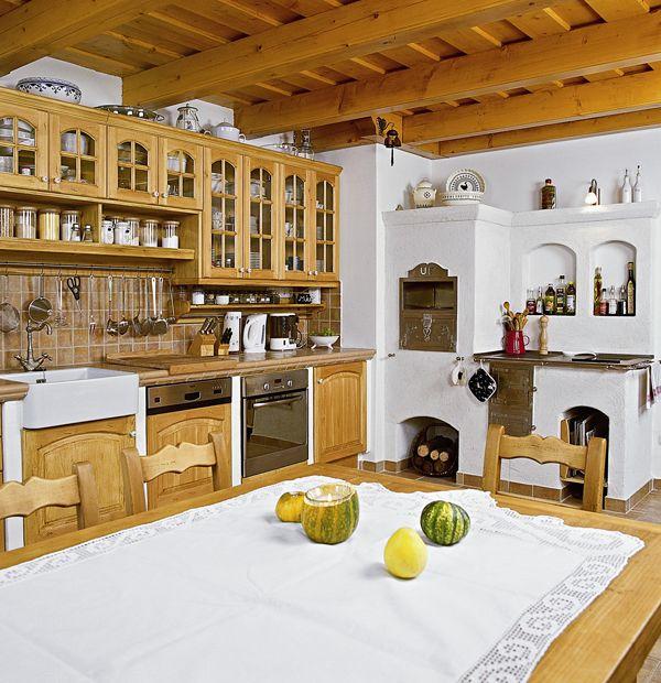 Lágy dombok, szőlővel beültetett lankák közé simulva, a Balaton-felvidéken található ez a gyönyörű ház, mely elsőre semmiben sem különbözik szépen felújított társaitól