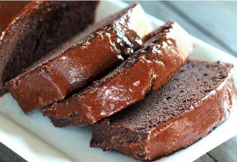 Soffice pan di spagna ricoperto con una crema calda alla Nutella. È la torta del momento che sta spopolando in rete: ecco come si fa (da leccarsi i baffi!)