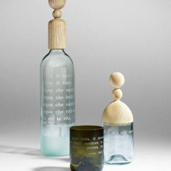 Caraffa in vetro riciclato, tapo in legno di faggio. Incisioni di versi di G. d'Annunzio e Baudelaire