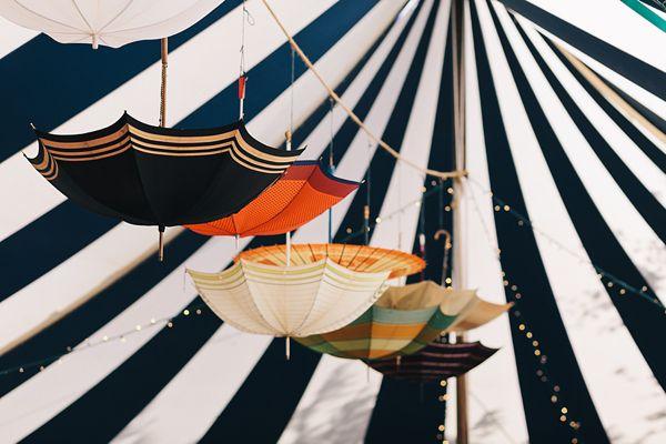 Décorer son lieu de mariage avec de belles ombrelles - Crédit Photo: Brighton Photo - Lieu: Coombe Trenchard, Devon - La Fiancée du Panda blog Mariage et Lifestyle