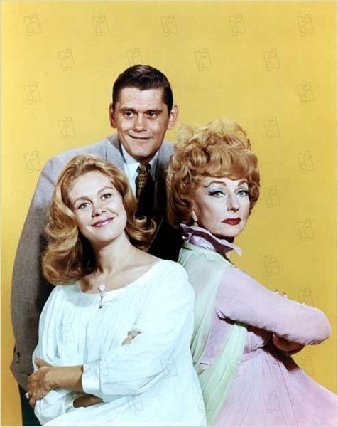 Verliebt in eine Hexe (Bewitched) : Dick Sargent als 'Darrin', Elizabeth Montgomery als 'Samantha' und Agnes Moorehead als Hexen-Mutter 'Endora'
