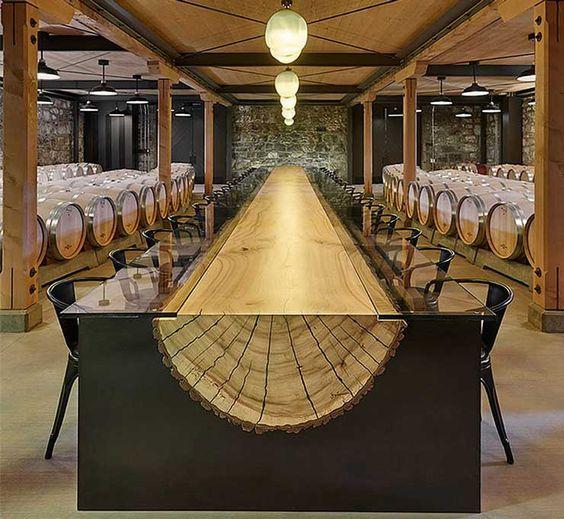 Sorprendente mesa , realizada con un tronco cortado al medio , y tapa de cristal . Cabe en tu living ?