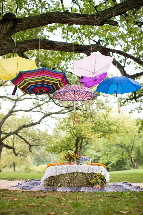 Mesa de picnic bajo paraguas