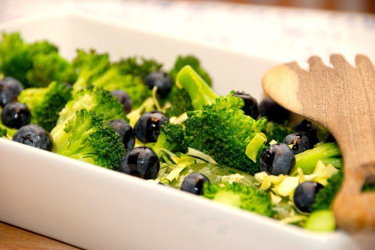 Lækker opskrift på salat med blåbær, spidskål, broccoli og spinat. En flot og sund salat, der samtidig er meget mættende. Salat med blåbær, spidskål, broccoli og spinat er godt tilbehør til mange r…