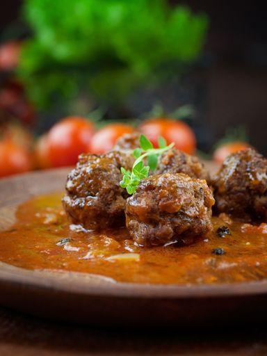 tomate concassée, poivre, poivron rouge, échalote, oeuf, lait, Viandes, huile d'olive, ail, Ras el Hanout, pain de mie, sel, menthe
