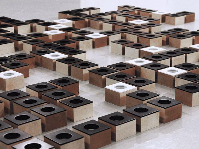 Käsintehty kynttilänjalkasarja on suunniteltu yhdessä Niko Hakalan ja Marianne Mäensivun kanssa. Sarja sisältää kynttilänjalkoja lämpö-, pöytä- ja kruunukynttilöille. Materiaalina tuotteissa on käytetty vahattua massiivipuuta sekä maalattua terästä. Tuotteista on saatava useita eri värejä ja puulajeja. Dominoita jälleenmyy verkkokauppa OmaShop sekä Helsingin Taidehallin Kioski Helsingissä Nervanderinkatu 3. Tuotteet on valmistettu Suomessa käsityönä.