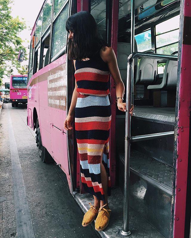 Yes, it's a pink pink bus. Wearing crochet multicolor perfect dress! He puesto este vestido (en la talla M) a la venta en mi armario de @vinted.es link in bio! #vintaddicted #vintedes #armariovinted