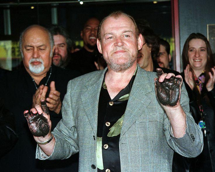 Джо Кокер -1 апреля 1998 года. Джо Кокер на церемонии оставления отпечатков рук в Hollywood Rockwalk.