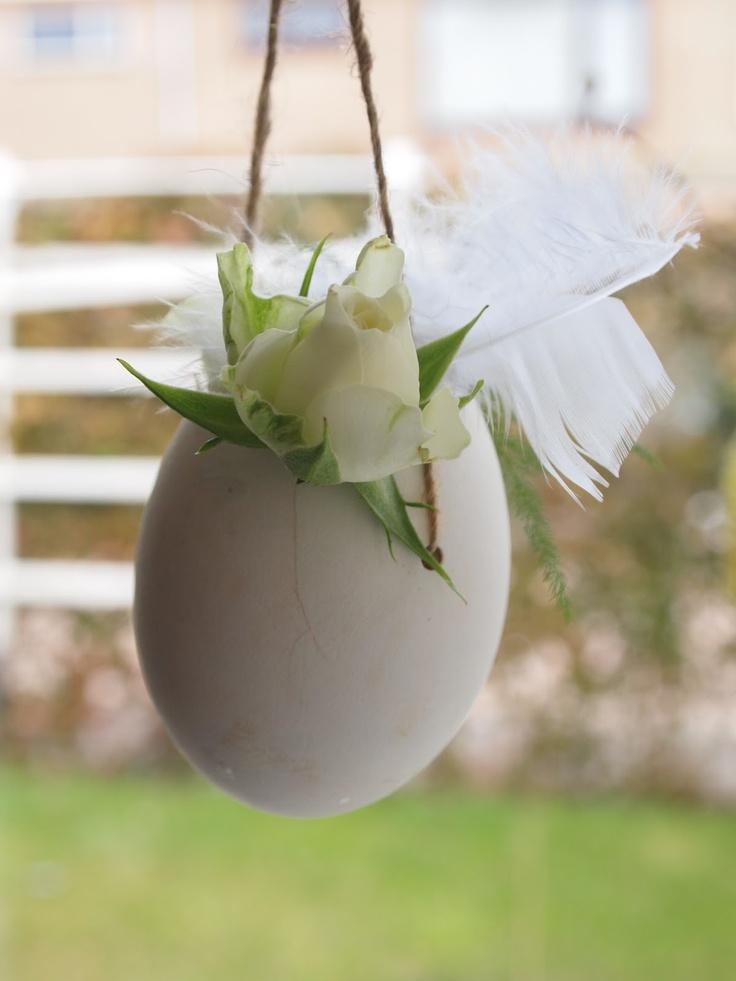 De leukste paasversiering maak je zelf! Leuke decoratie tip voor Pasen - Easter decoration for an Easter tree or hanging from the chandelier.