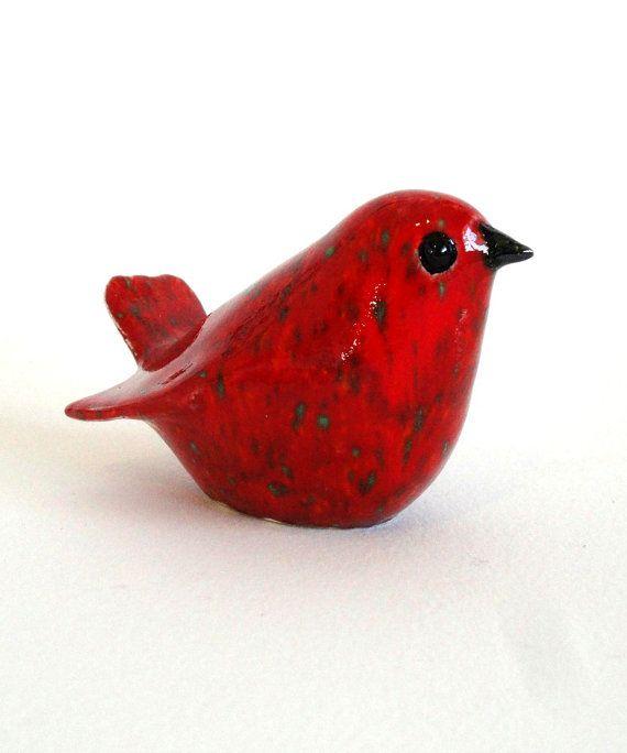 Un glaçage rouge profond Chili avec taches de vert lave cet oiseau en splendeur somptueux ! Ce petit oiseau est simple dans sa forme et très délicate que lon puisse voir dans la minceur de sa queue. Une vraie beauté !  Chaque oiseau dans mon ecoflock est frottée, ce qui les rend uniques, celui-ci dargile blanche et fini par moi dans mon studio.  Un excellent ajout aux petit espace, coins et recoins !  Mensurations :  3.5 de longueur 2.25 de hauteur près de 2 de largeur  Rapidement envoyé par…
