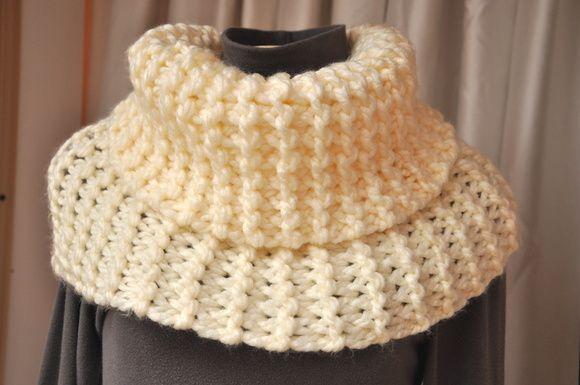 Gola alta de lã em tricot. Pode ser usado de várias formas de acordo com a sua criatividade!    Quentinho e levíssimo feito com lã fofa e macia! R$ 55,00