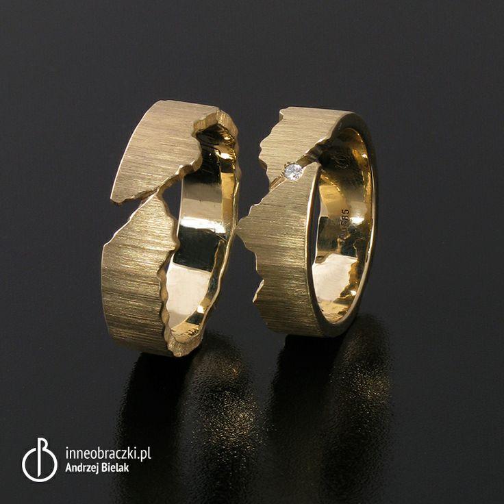 Obrączki wykonane z żółtego złota, faktura po piłce. Obrączki tworzą jedność, ponieważ zostały wykonane z jednego wlewka złota. W damską wprawiono brylant o średnicy 1,5 mm.