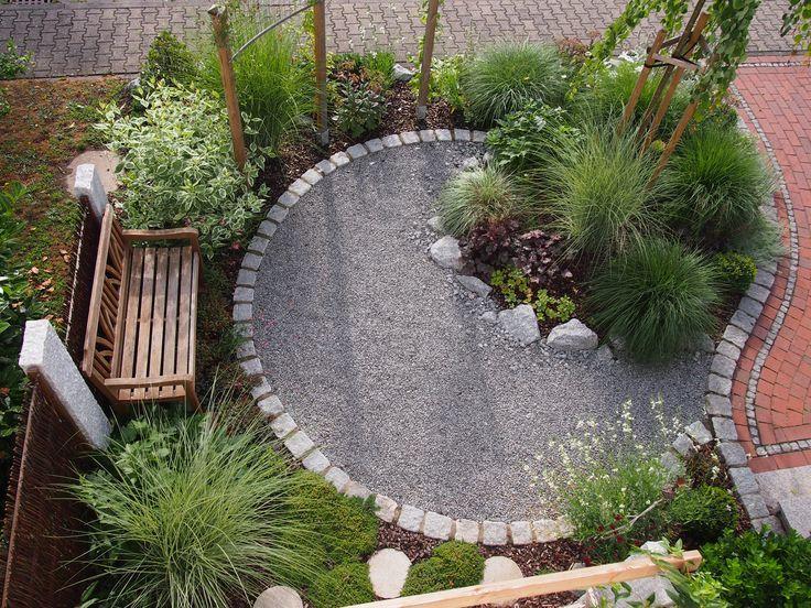 kleiner Vorgarten, gebaut und bepflanzt im späten Frühjahr 2012 von Petra Kramer – Idy