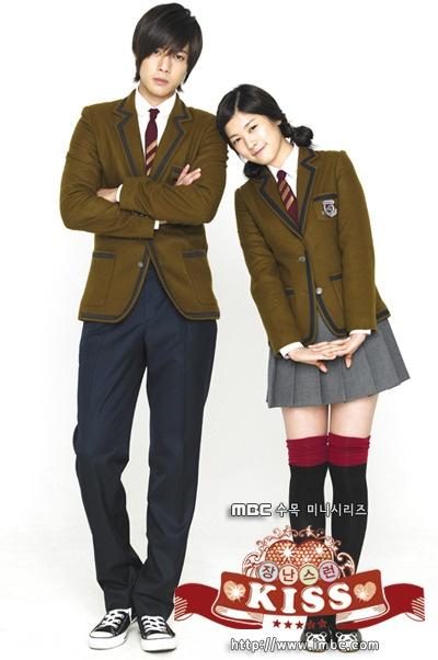 Playful Kiss: Oh Ha Ni está enamorada de Baek Seung Jo, el más guapo e inteligente del colegio. Ella y su padre se quedan sin casa hasta que un viejo amigo los acoge, siendo éste el padre de Seung Jo. Es así como van conociéndose poco a poco. Ha Ni persiste en estar con él, a pesar de los terribles tratos y será esto lo que hará que poco a poco él se fijé en ella. Él encontrará la dulzura y diversión en donde menos lo habría esperado: la chica que rechazó con tanta frialdad en la…