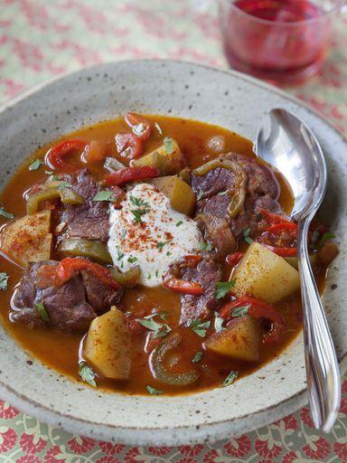 paprika, paprika, cumin, piment, crême fraîche, pomme de terre, Viandes, tomate, oignon, saindoux, eau, ail, carotte, poivron, bouillon