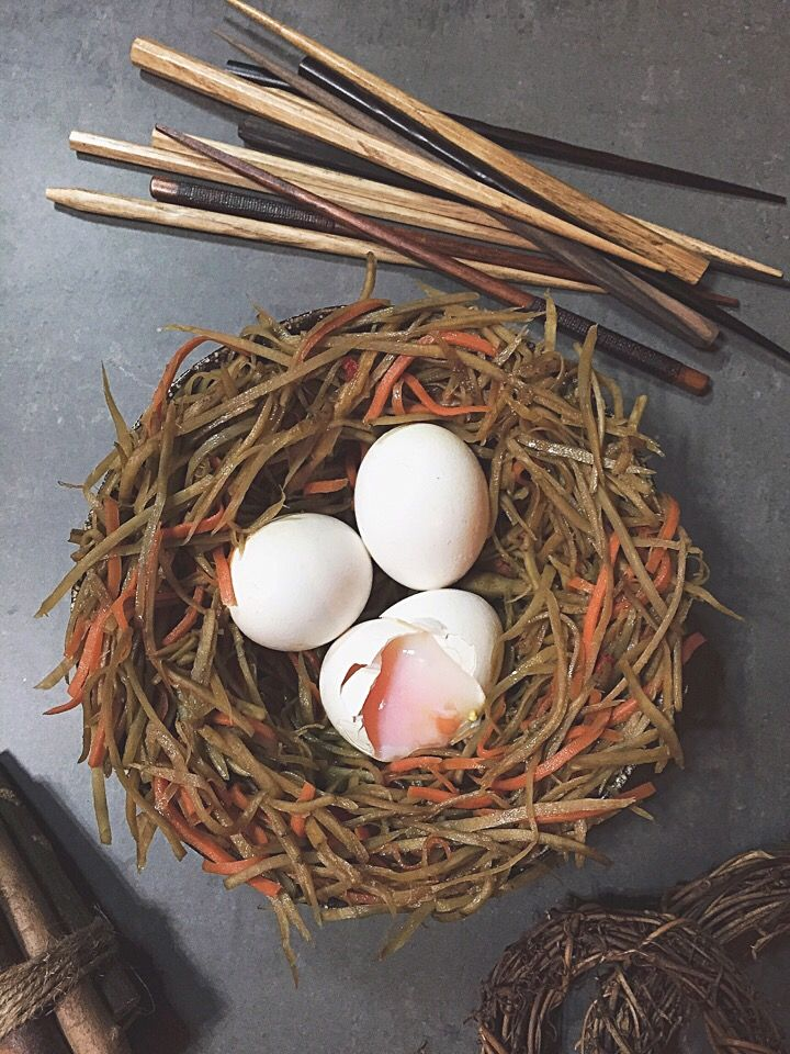 Bird nest burdock kimpira with onsen tamago/キンピラゴボウの食べれる鳥の巣 by rikk at 2015-04-01