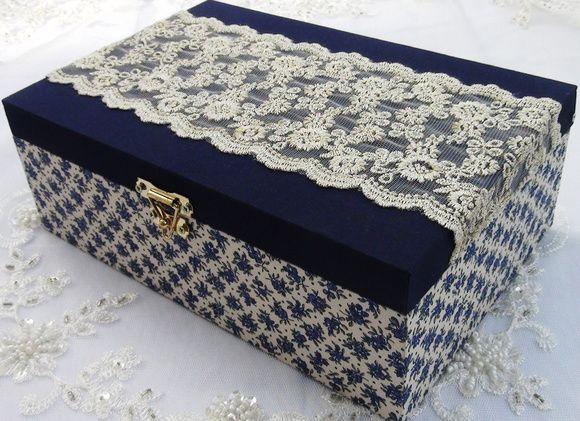 Caixa em MDF revestida com tecido 100% algodão. Aplique em renda importada. R$ 70,00