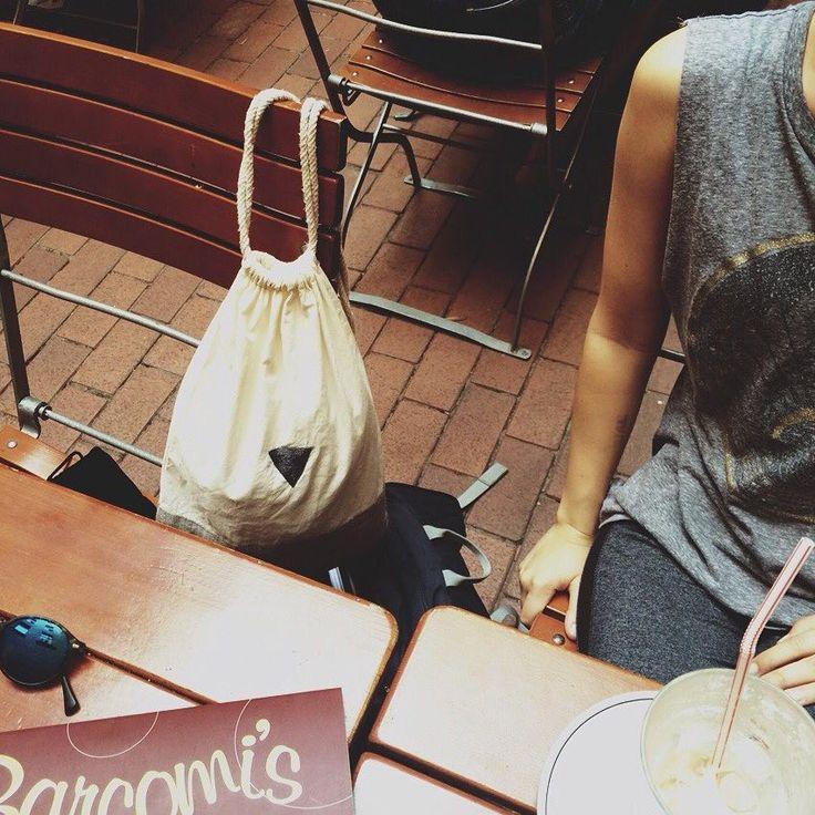Here's Jana's #WEARASTORY moment with her gym bag #Geschichtensammler: #Summerfeeling #CoffeeBreak #GreatFriends ☀️☕️