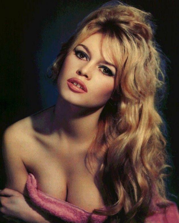 Bij 'Hoofdstuk 2. Sterren & idolen'. Na de Tweede Wereldoorlog komt het fenomeen van de sekssymbool op. Marilyn Monroe wordt razend populair in Amerika, in Europa is dat de Franse Brigitte Bardot (1934). Als ware trendsetter heeft ze door haar rol in de film 'Et Dieu crea la Femme' de badplaats Saint Tropez in zwang gebracht, net als de bikini, waarin ze in Cannes verscheen.