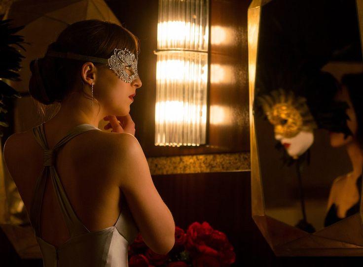 En esta ocasión os traemos un nuevo detrás de las cámaras de Cincuenta Sombras Más Oscuras: el Baile de Máscaras y comentarios del elenco y equipo de la película.  // En el vídeo, con pequeño…