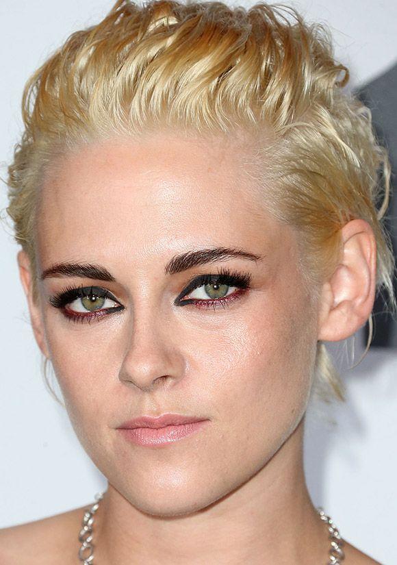 Kristen Stewart, garota Chanel, com olho delineado preto e vermelho, contrastando com o cabelo platinado. O resultado foi um efeito gráfico na maquiagem, moderno e leve. No resto do rosto, blush neutro e batom rosinha e discreto.