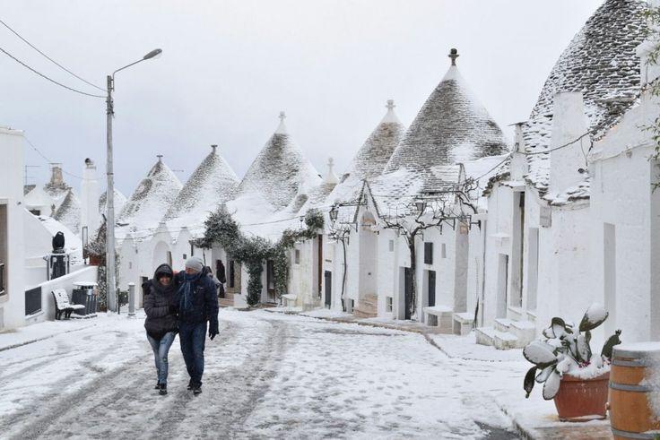 Uno scenario incantato. E' quello che hanno scoperto turisti e residenti di Alberobello. La neve ha ricoperto i trulli, simbolo della cittadina barese