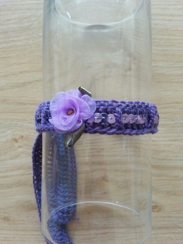 Paars gehaakt haarbandje met lavendel kleurig pailletjes lint en bloemetje.