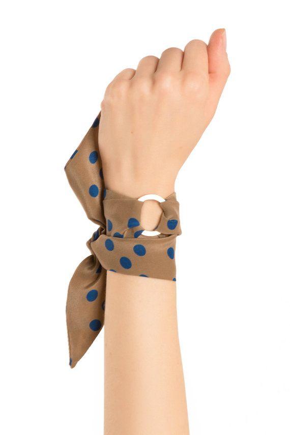 Sophie zijde armband is een geweldige optie voor het maken van een verklaring. Koppelt met een cocktailjurk, formele pak of jeans en een T-shirt. Veelzijdig en elegante, de tijdloze Sophie zijde armband zal inblazen CHIQUE je outfit. De Sophie zijden sjaal armband kan ook worden gekoppeld om de nek, in je haar of rond het handvat van een tas. Het is handgemaakt in gelimiteerde oplage van fijne zijde, afkomstig uit onze handelaren in New York City.  Het wordt geleverd verpakt in een doos van…