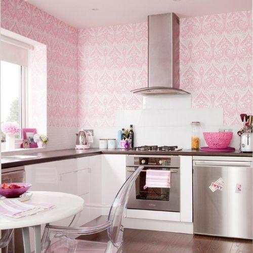 Bucatarie cu tapet roz in combinatie cu mobila alba si accesorii din inox