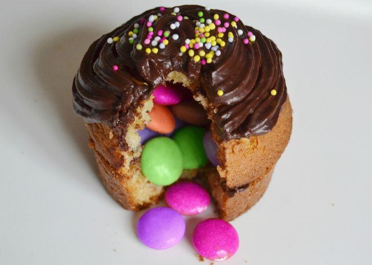 """Les enfants adorent les cupcakes (muffins recouverts de glaçage) Voici un muffin """"surprise"""", fourré de smarties qui devrait beaucoup leur plaire !"""