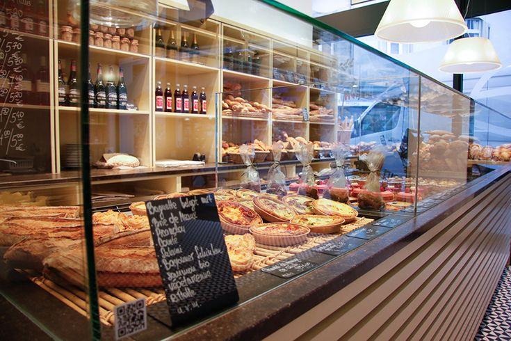 Französischer Lebensstil, das heißt auch immer gutes Essen. Im Épi in Bonn kann man sich typisches französisches Frühstück auf den Teller holen. Und noch mehr: In der Boulangerie stehen neben Buttercroissant und Baguette auch französische Brote und würziges Kleingebäck auf der Speisekarte. Gleichzeitig ist das Épi eine Patisserie, die Quiche, Tartelette und Éclair anbietet.  #essen #frühstück #bonn #frühstücken #küchlein #kaffee# kuchen #tee #rheinland #nrw #nordrheinwestfalen #lecker…